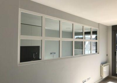 Separación de cocina en aluminio blanco y vidrio