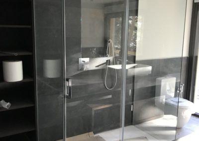 Ducha con vidrio en 3 de 4 paredes