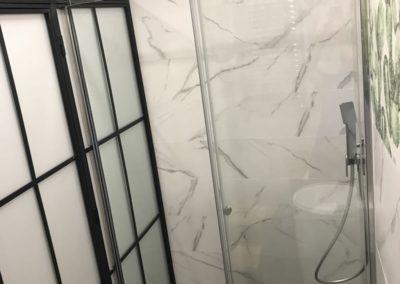 Mampara de ducha contra cerramiento de hierro y vidrio - Imperial, Madrid