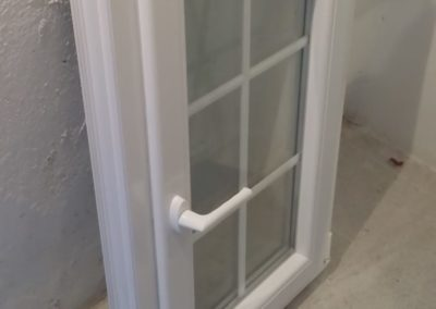Ventana abatible vidrio con barrotillos blancos