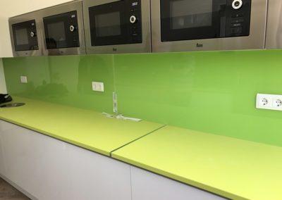Forrado de cocina en vidrio a color