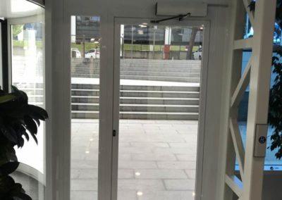 Obra para puerta de aluminio en una parte de la fachada - Pfizer, Alcobendas