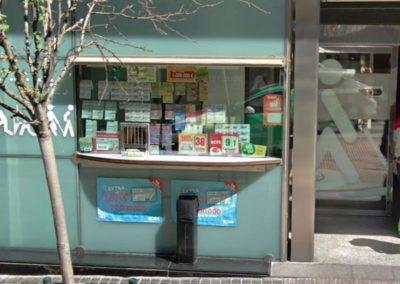 Puesto de venta retirando vidrio de fachada - ONCE, Madrid
